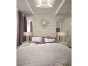 двухспальная светлая кровать. симметрично расположенные прикроватные тумбы с ночниками. над кроватью большой светильник, по краям - точечные споты