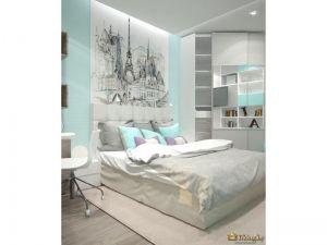 спальня в серо-голубых тонах: серые текстиль, нежно-голубая стена а подушки, за мягким изголовьем кровати - черно-белая фотопечать с изображением Парижа