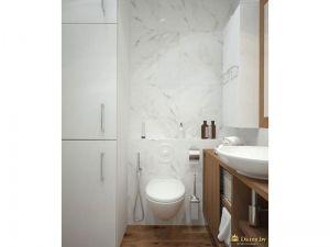 белая ванная с деревянными акцентами: пол, тумба под умывальником. шкафчик белый. унитаз белый подвесной