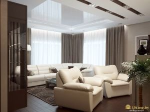 гостиная с кожаным диваном и кожаными белыми креслами. на окнах просто текстиль в пол бежевого и белого цветов