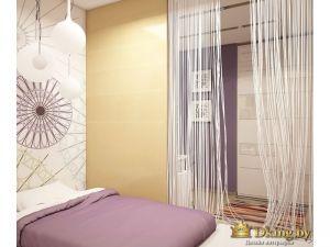 спальное место отделено от рабочей зоны белыми шторами-нитями. изголовье кровати украшено фотопечатью с фантазийным дизайнерским рисунком