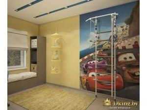 фотообои Тачки в детской комнате в сочетании со стенами приглушенного желтого цвета. шведская стенка, место для отдыха вдоль окна