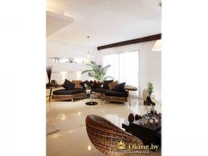 Гостиная комната с большим количиством стульев