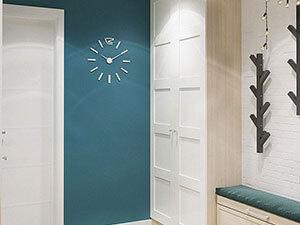 синие стены и белый шкаф в прихожей трешки