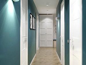 сочетание белого шкафа, белых дверей и синих стен в интерьер прихожей