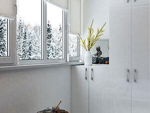 встроенный белый шкаф на балконе маленькой квартиры